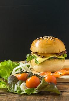 나무 접시와 야채, 토마토 수직 음식 이미지에 고기로 만든 버거 치즈