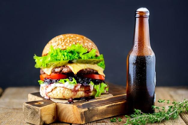 バーガー。おいしい焼きハンバーガー。新鮮でおいしいハンバーガーとビール