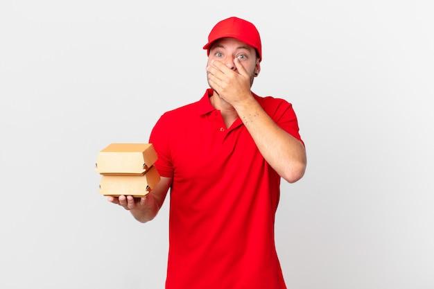 Доставка бургеров мужчина прикрывает рот руками в шоке