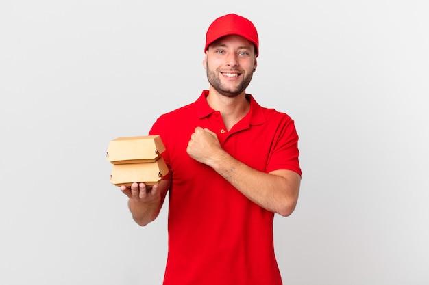 Бургер доставить мужчине, который чувствует себя счастливым и сталкивается с проблемой или празднует