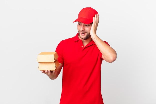 Бургер доставить мужчине, чувствуя себя счастливым, взволнованным и удивленным