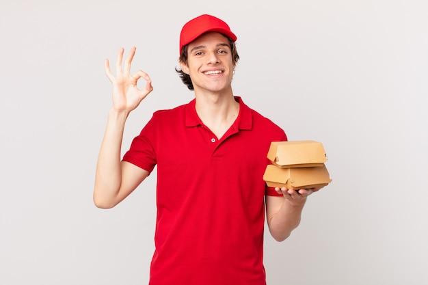 Бургер доставляет человека, чувствуя себя счастливым, демонстрируя одобрение жестом
