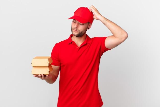 Бургер доставить человека, чувствуя озадаченность и замешательство, почесывая голову