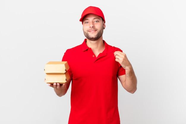Бургер доставить мужчине, который выглядит высокомерным, успешным, позитивным и гордым