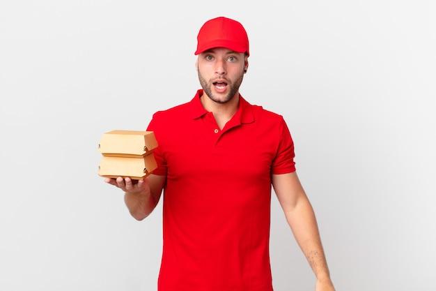 Человек доставки бургеров выглядит очень шокированным или удивленным