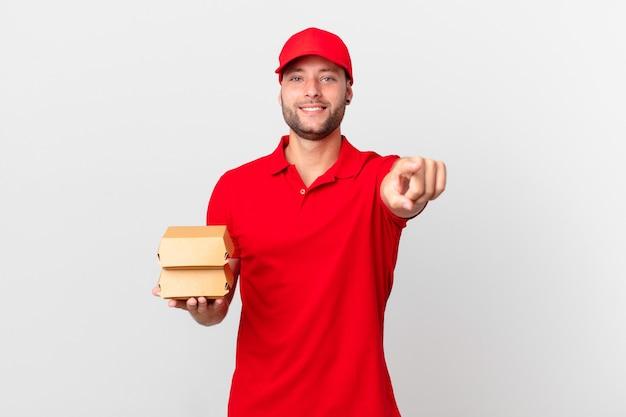 Доставка бургеров человек, указывающий на камеру, выбирает вас