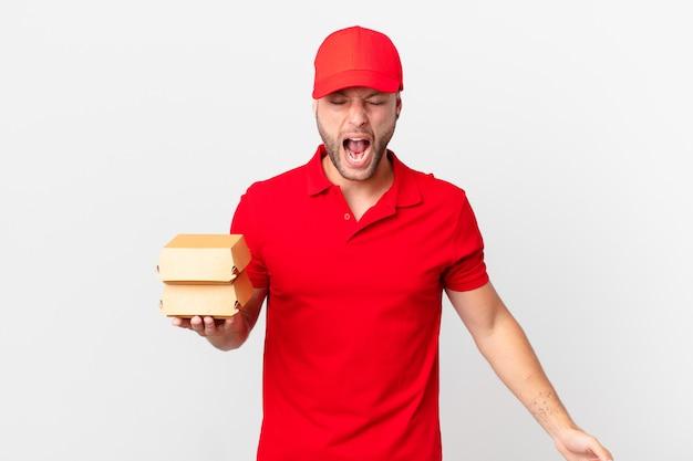 Человек доставки бургеров агрессивно кричит, выглядит очень злым