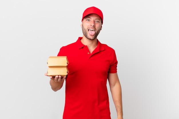 Бургер доставить мужчине с веселым и бунтарским настроем, шутить и высунуть язык