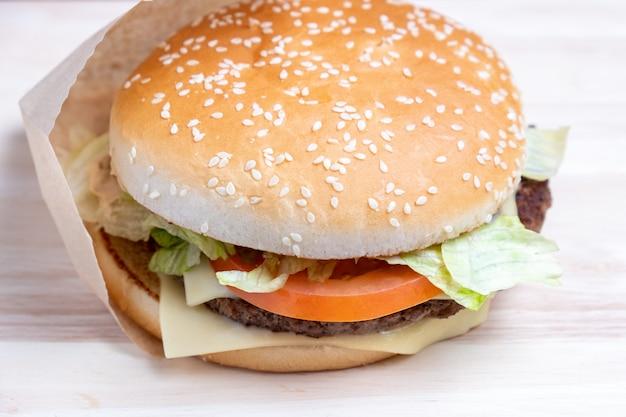 Бургер в бумаге и на световом табло
