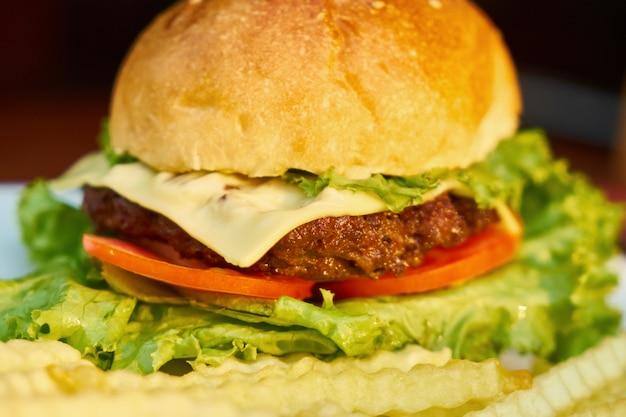 Hamburger lattuga grasso cheeseburger da vicino