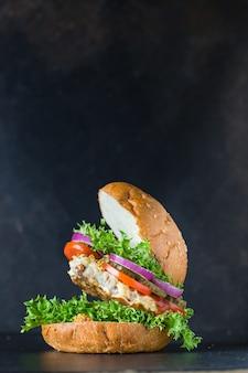 Бургер, мясо, свинина, говядина или курица, сэндвич с котлетой на гриле и овощами