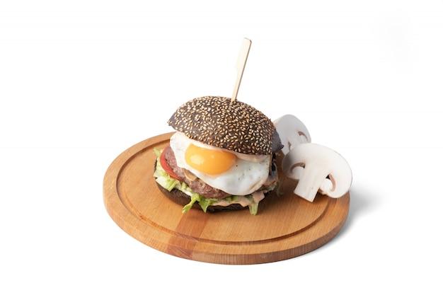 配信のための白い表面に木の板のハンバーガー