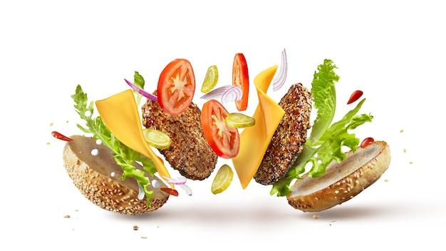 Ингредиенты для приготовления гамбургера попадают на место, изолированные на белом фоне