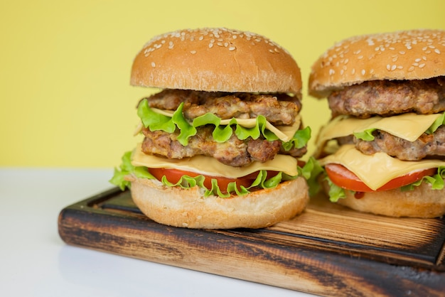 Гамбургер сэндвич гамбургер с овощами мясная котлета на желтом фоне