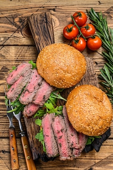 Бургер-сэндвич с говяжьим стейком, рукколой и шпинатом