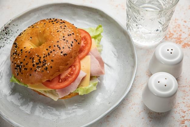 Бургер-сэндвич с прошутто, помидорами, сыром, салатом