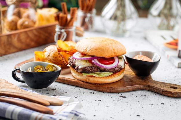 Бургер-сет с халапеньо и картофельными дольками
