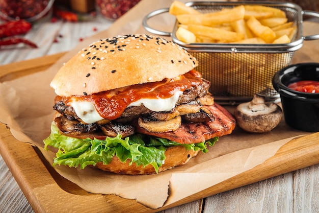 ビーフカツシャンピニオンとハムのハンバーガー