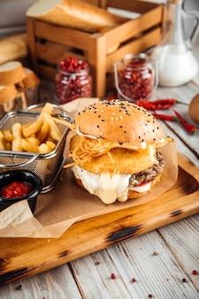 ビーフパティと3種類のチーズのバーガー