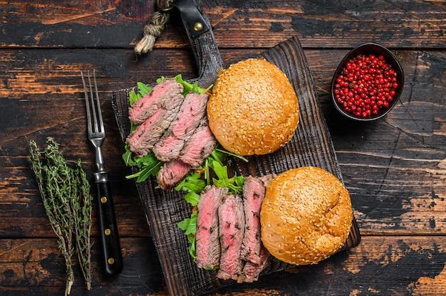 Бургер с кусочками говяжьего стейка, рукколой и шпинатом
