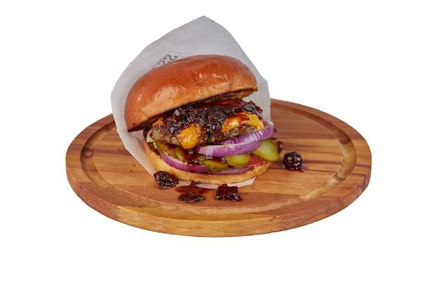 Бургер с сыром на деревянной круглой доске, изолированные на белом фоне