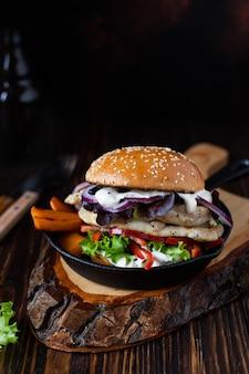 鶏ササミのグリル、パプリカ、サツマイモ、レタス、玉ねぎ、ギリシャヨーグルトのハンバーガー
