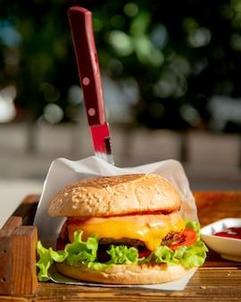レタストマトとチーズのハンバーガー
