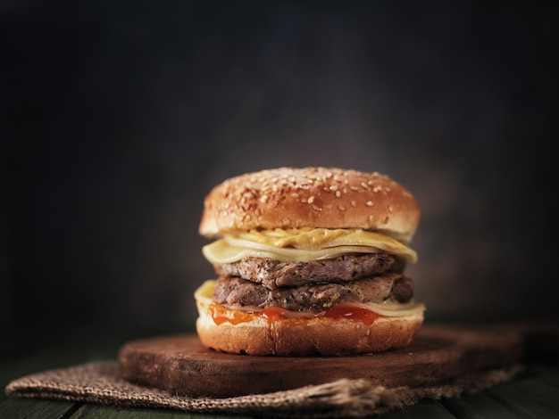 Бургер с мясом на столе