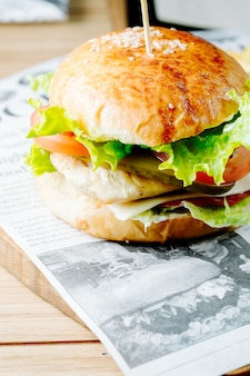 トマトレタスとピクルスのハンバーガー