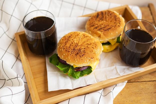 ハンバーガーとコーラのグラス
