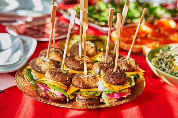 Бургеры из грибов, сыра, мяса и огурцов. здоровая еда, без хлеба