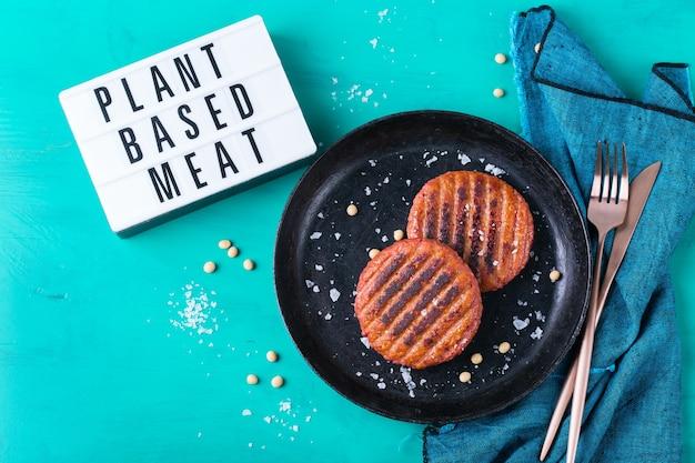 탄소 발자국을 줄이는 식물 기반 육류 식품으로 만든 버거