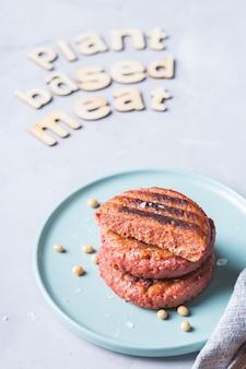 테이블에 식물 기반 고기로 만든 버거. 탄소 발자국, 지속 가능한 소비를 줄이는 식품