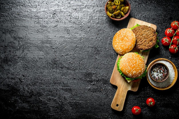 Jalapeno 고추와 시골 풍 테이블에 토마토와 햄버거
