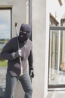 Взломщик прячется за стеной