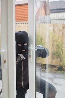 Взломщик открывает дверь террасы
