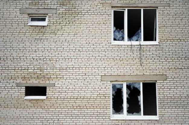 집이나 아파트의 절도 창문 절도 및 강도의 깨진 유리