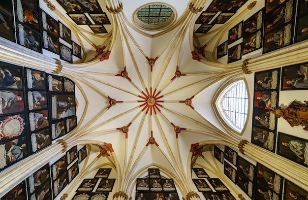 주교의 그림이 많은 부르고스 대성당 돔. 스페인.