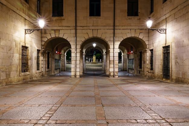 밤에 시청의 아치 외관이있는 부르고스 메인 광장. 스페인. 카스티야.