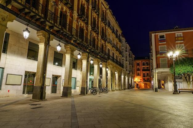 밤에 시청의 아치 외관이있는 부르고스 메인 광장. 스페인 유럽.