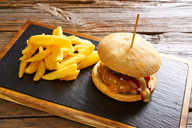 Бургер и картофель фри картофельные чипсы
