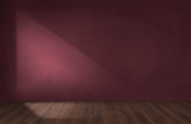 나무 바닥이 있는 빈 방에 있는 버건디 붉은 벽