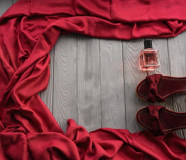 バーガンディサンダルウェッジショールシューズとボトルピンクの香水。 Premium写真