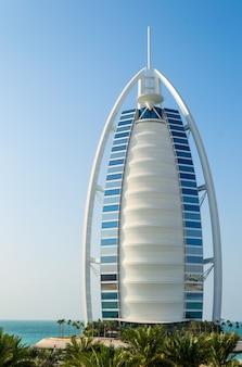버즈 알 아랍은 두바이 아랍 에미리트의 고급 7성급 호텔입니다. 프리미엄 사진