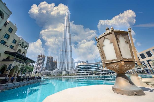 ドバイの高層ビルの反射とブルジュハリファ