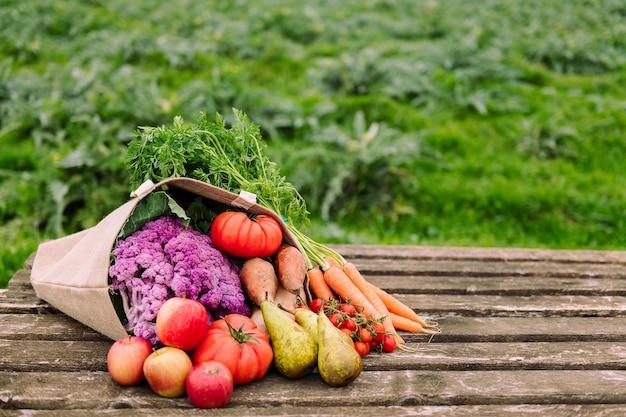 野菜や果物が入った黄麻布の袋