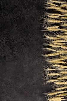 어두운 구조적 배경, 위쪽 보기에 삼베 냅킨. 밀의 귀