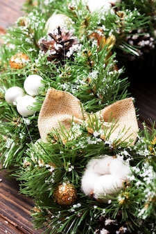 활과 면 꽃이 있는 삼베 소박한 크리스마스 화환