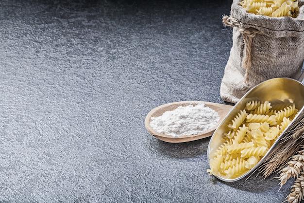 Мешок из мешковины с макаронами и мукой