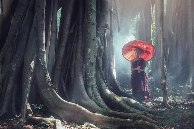 Бирманский буддийский начинающий монах в лесу